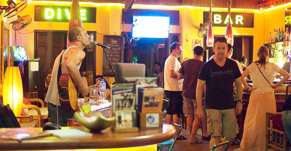 night life in dive bar hoi an