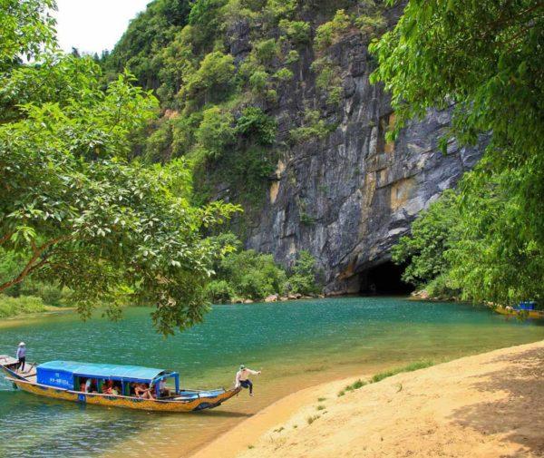 Boat-to-Phong-Nha-cave